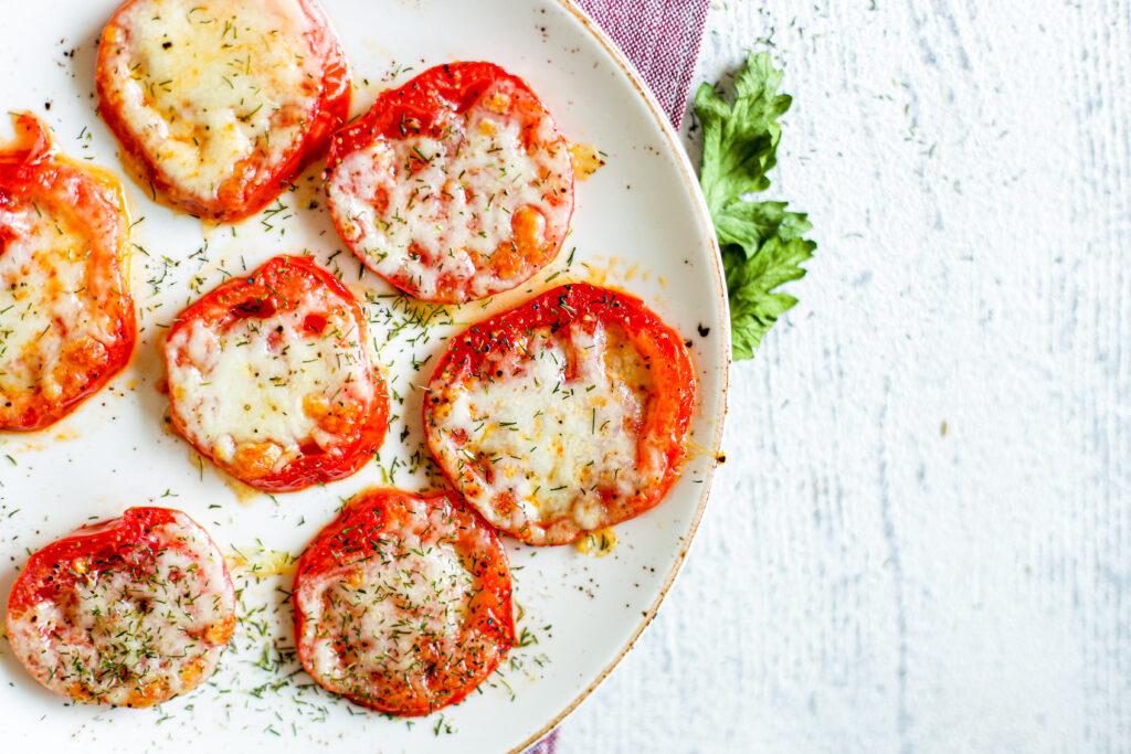Kepti pomidorai su mocarela ir bazilikais