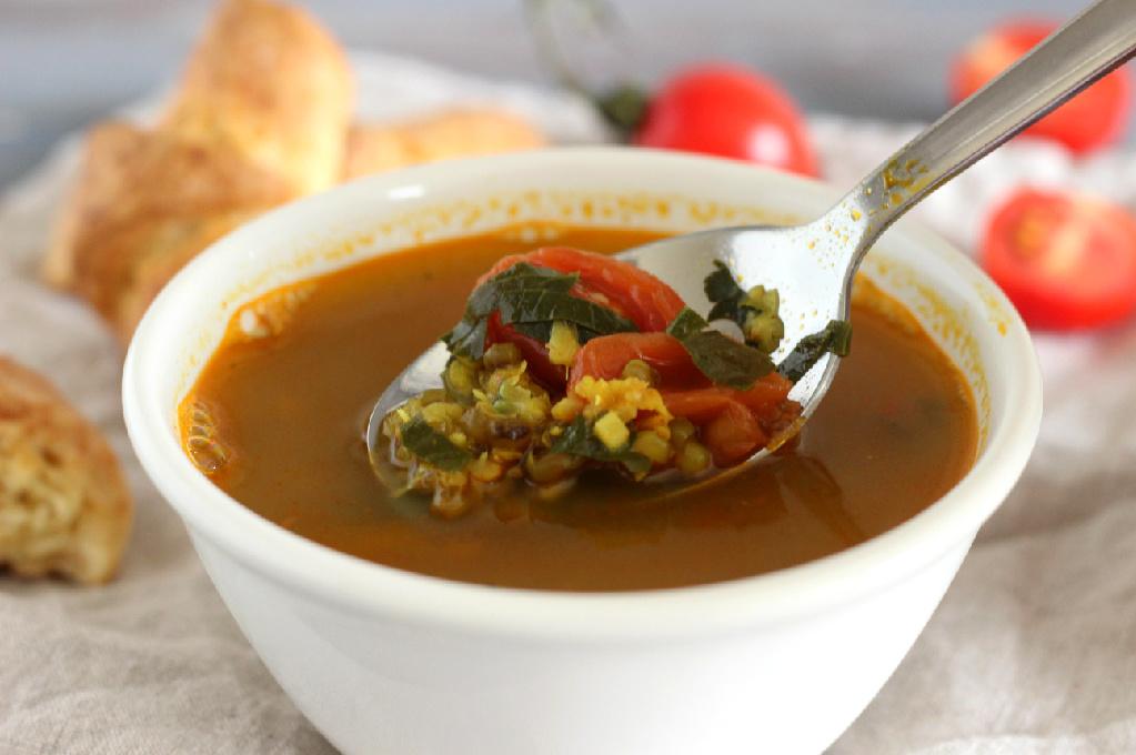 Pupuolių sriuba su pomidorais
